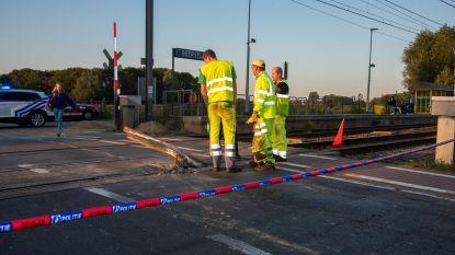 Tractor vernielt anderhalve meter spoor aan overweg: treinverkeer Gent-Lokeren over één spoor en geen doorgaand verkeer tussen Lochristi en Beervelde