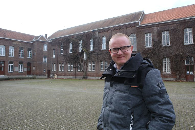 David Titeca aan het voormalige College.