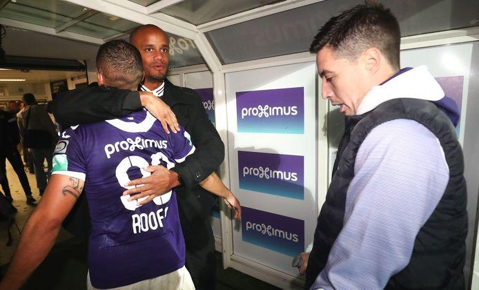 Vincent Kompany in de rol van trainer. Samir Nasri (rechts) wacht op zijn beurt.