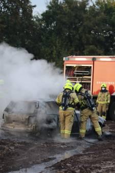 Crossauto gaat in vlammen op in weiland