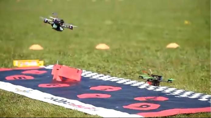 Twee drones starten tijdens de eerste voorronde van het NK Drone Race in Oosterhout op 21 april. De tweede voorronde wordt zaterdag 19 mei in Vught gehouden.