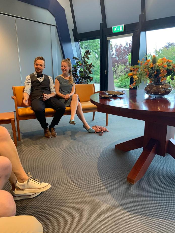 Robin Beek en Vera Voerman uit Ede laten zich in de trouwzaal van het Voorster gemeentehuis in de echt verbinden.