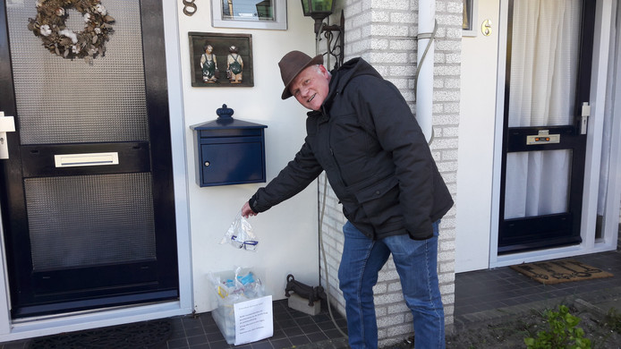 Wim Koenen doneert vuurwerkbrillen aan de Spaaksingel in Ede