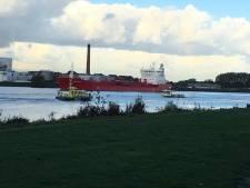 Schepen botsen op Oude Maas, matroos uit water gered