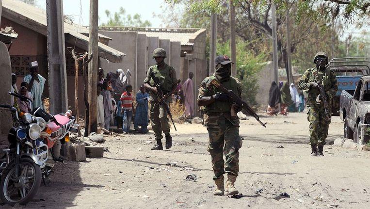 Het Nigeriaanse leger patrouilleert door de straten in Baga. Beeld afp