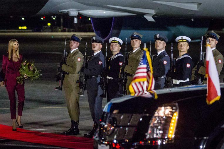 Ivanka Trump bij aankomst op de luchthaven van Warschau. Beeld AFP