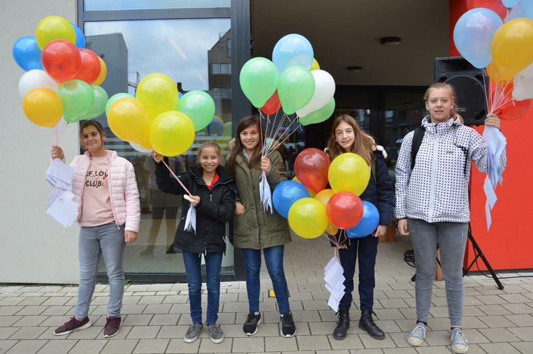 Enkele leerlingen van de leeringenraad mochten de ballonnen oplaten.