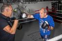 Wethouder Gert-Jan Schotanus (rechts) traint driemaal per week bij bokser Teus de Kruyf. Ook gisterochtend vroeg.