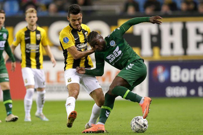 Oussama Darfalou in duel met Leeroy Owusu van De Graafschap .