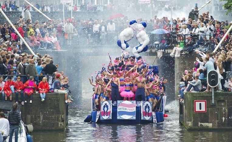 Publiek en deelnemers van de Canal Parade op de Amsterdamse grachten. Beeld anp