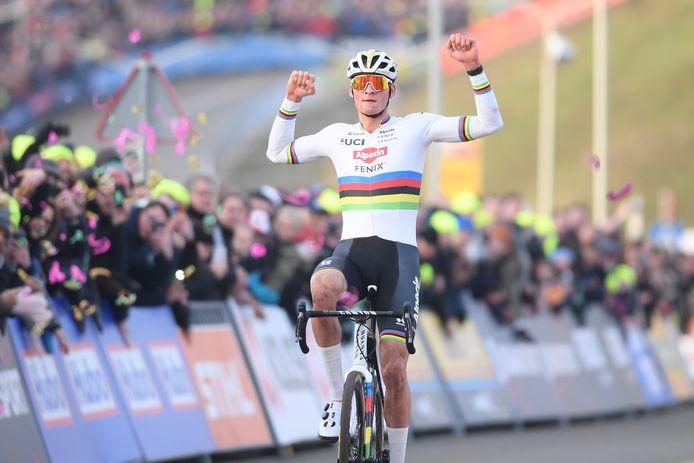 Mathieu van der Poel viert zijn zege in Hoogerheide.