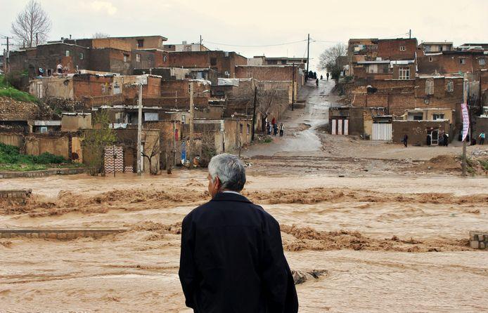 Een modderstroom trof maandag de stad Khorramabad in het westen van het land.