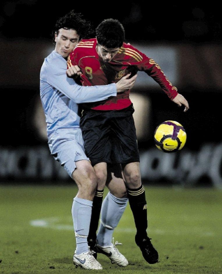 Jong Oranje-speler Janmaat (links) komt in botsing met de Spanjaard Herrera. (FOTO ROBERT VOS, ANP) Beeld ANP