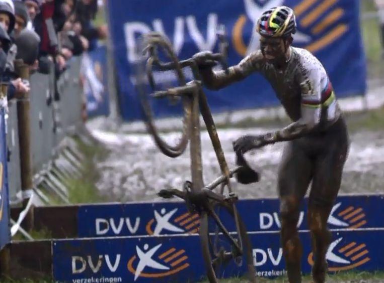 Van Aert ging in de slotronde tegen de grond.