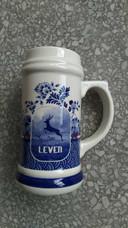 Behalve het bierflesje heeft Heinen Delfts Blauw een bijpassende bierpul gemaakt van aardewerk met hetzelfde ontwerp.