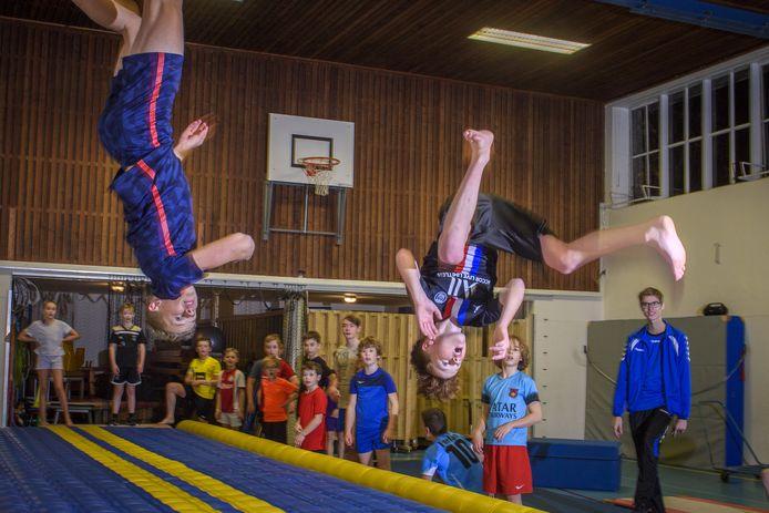 De Ruurlose pioniers in freerunnen demonstreren hun salto's.