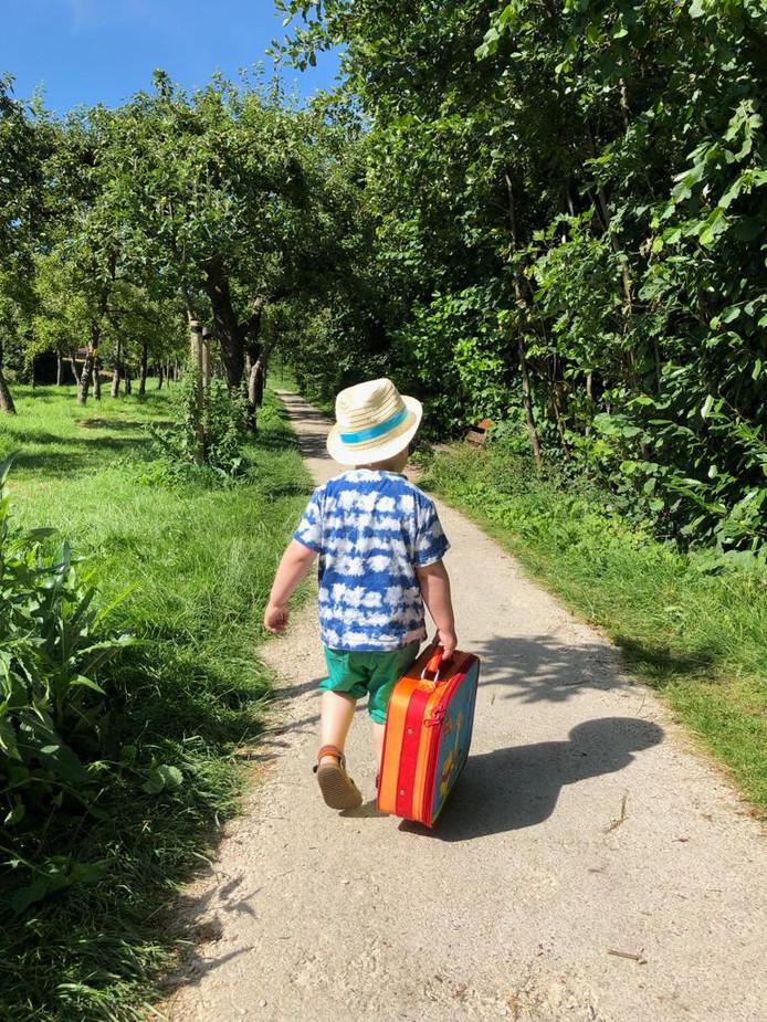 Siem (2) heeft zijn koffer volgeladen met knuffels en is helemaal klaar om op pad te gaan. Op naar het avontuur!