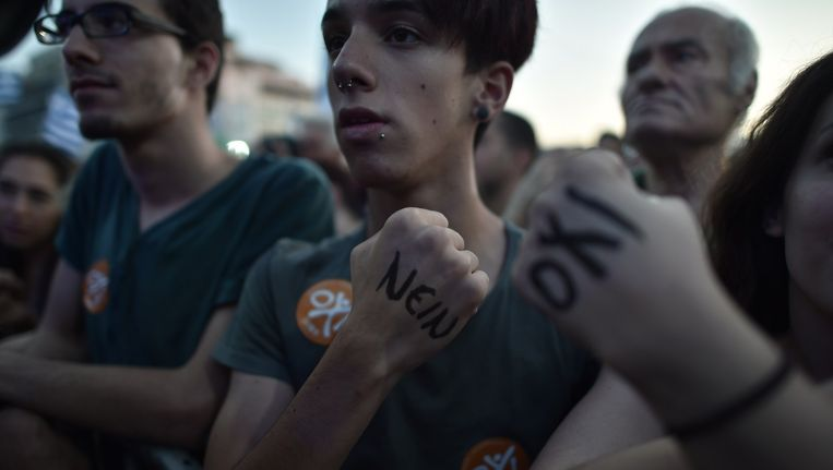 Een Griekse jongen met 'nein' op zijn hand geschreven aan de vooravond van het Griekse referendum. Beeld anp