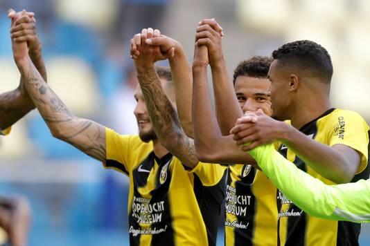 Armando Obispo en Danilho Doekhi (rechts) vieren de overwinning van Vitesse op AZ. Tim Matavz (links) feest mee.