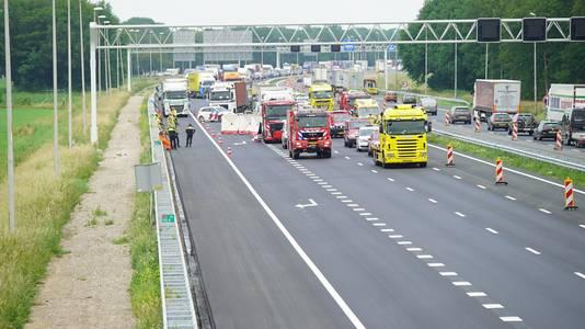 Achter het dodelijke verkeersongeluk op de A1 bij Holten ontstond een lange file.
