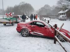 Twee auto's zwaar beschadigd bij botsing door sneeuw in Gennep