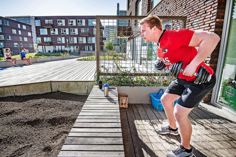 Een student houdt zichzelf fit op het terrein van woningcomplex Uilenstede.  Beeld Guus Dubbelman / de Volkskrant