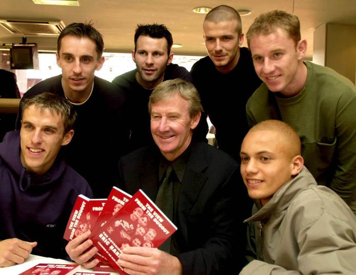 1 maart 2001: Eric Harrison (midden) met Gary Neville, Phil Neville, Ryan Giggs, David Beckham, Nicky Butt en Wes Brown.