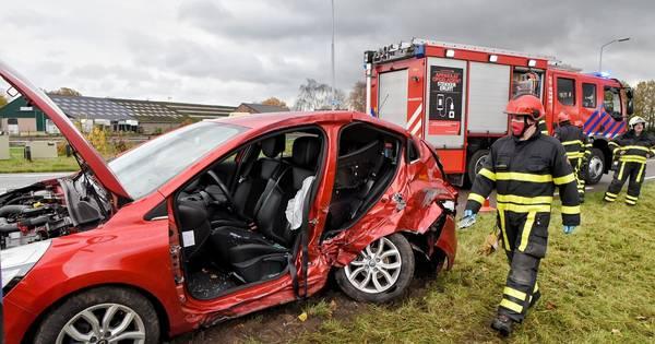Twee personen gewond bij botsing in Dreischor: één automobilist bekneld.