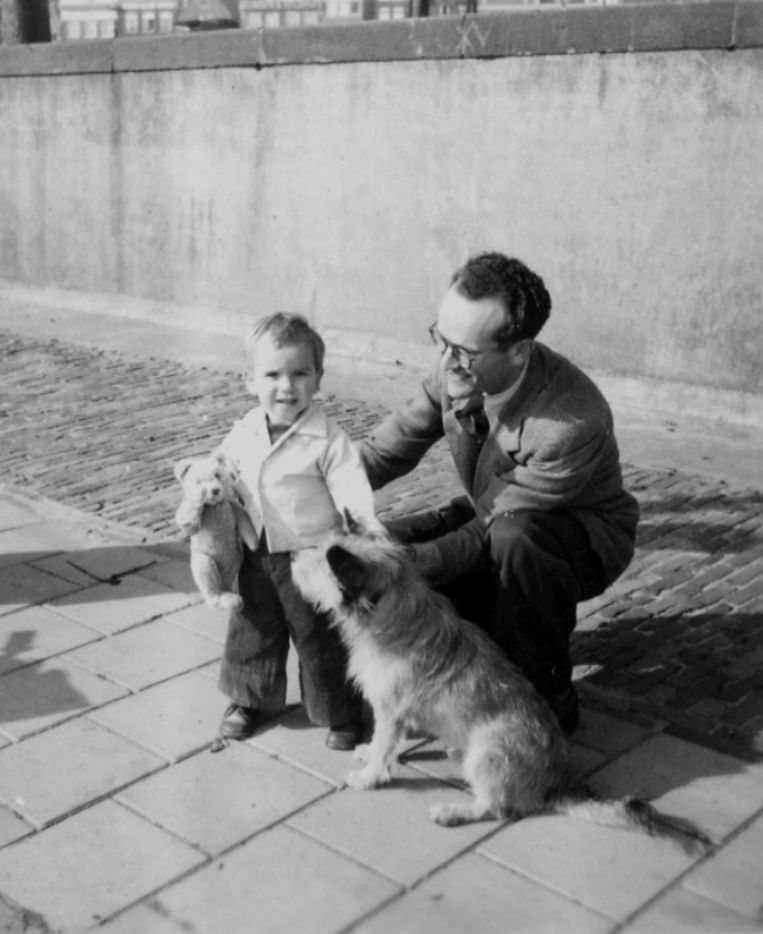 Joosje Lakmaker met vader Hans en hond Pieta. Beeld