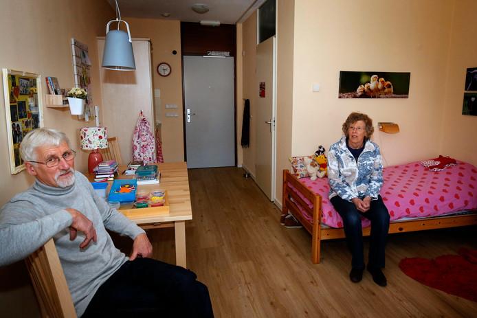 Leo en Rina van den Heuvel in één van de kamers van de Stichting Tweede Huis.