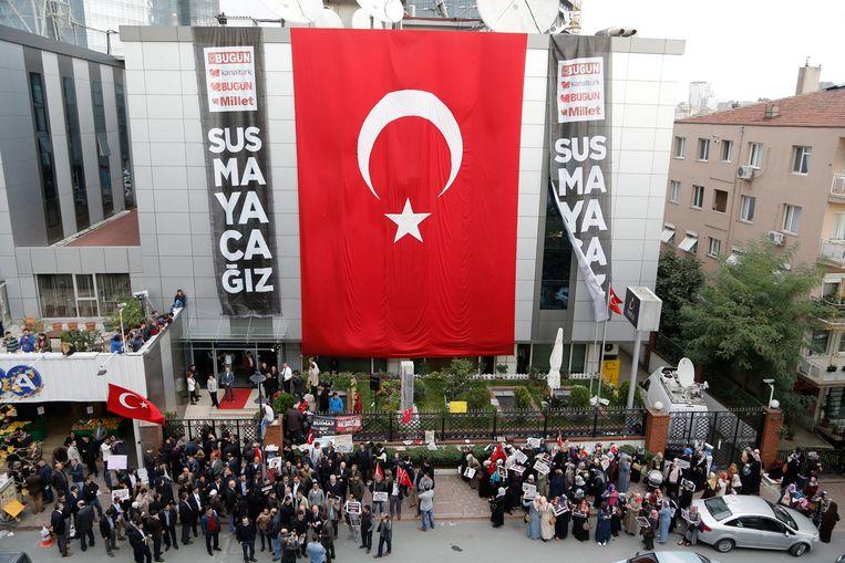 Voor de zetel van Kanalturk TV kwamen demonstranten op straat om hun onvrede te uiten tegen de invallen bij de zender en andere media.