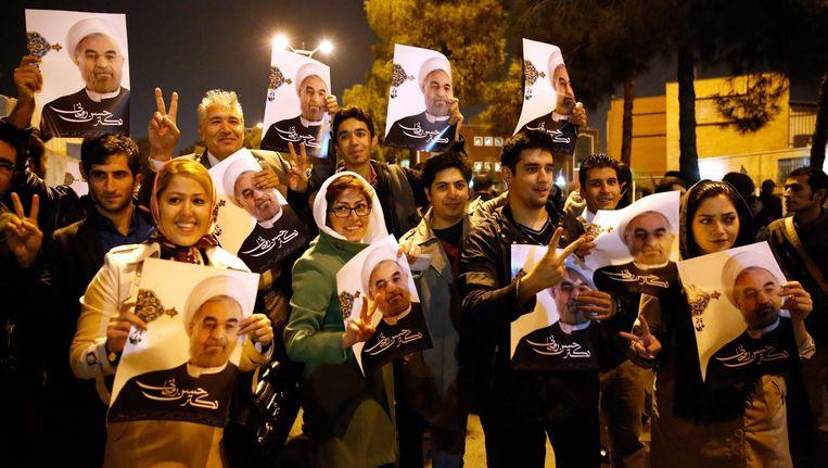 Supporters van de Iraanse president Rohani gisteren in Teheran. Beeld EPA