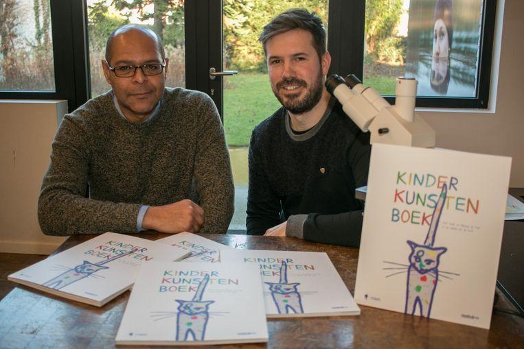 Stef Van Bellingen (l.) en vormgever Chiel De Cuyper met het 'Kinderkunstenboek'.
