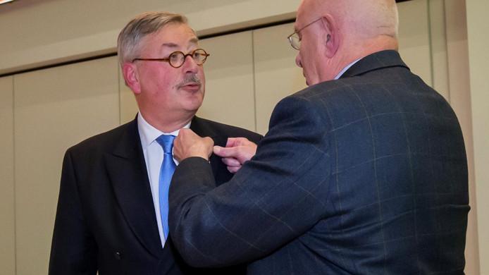 Ger Vermeulen krijgt de speld van bondsvoorzitter Michael van Praag.
