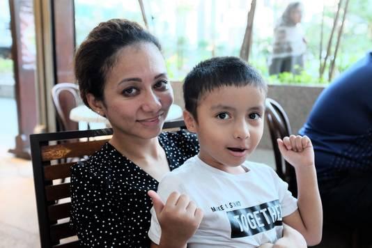 Asmaa Aljuned de vrouw van MH17 co-piloot Ahmad Hakimi Hanapi met hun zoontje Abderrahman.