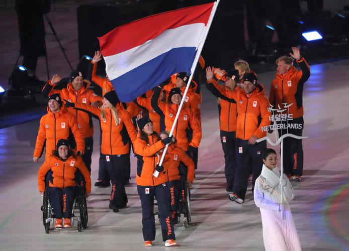 Bibian Mentel met de Nederlandse vlag.