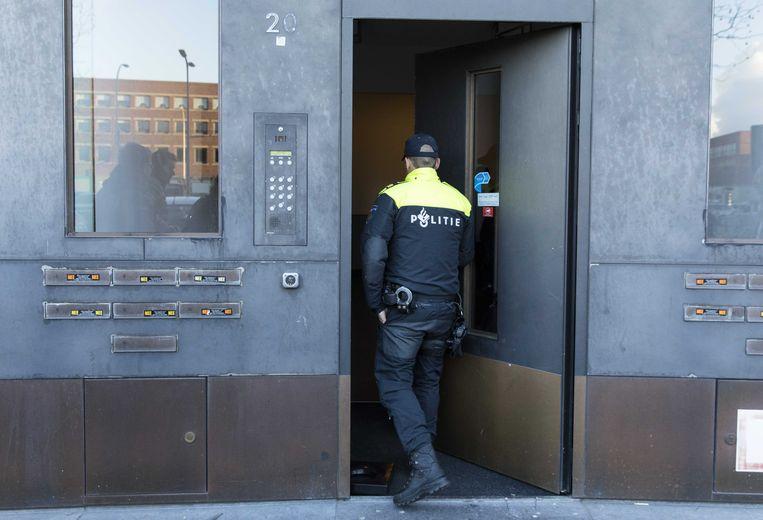 Agenten doen onderzoek in de Haagse wijk Ypenburg tijdens een grote actie tegen spookbewoning. Beeld ANP