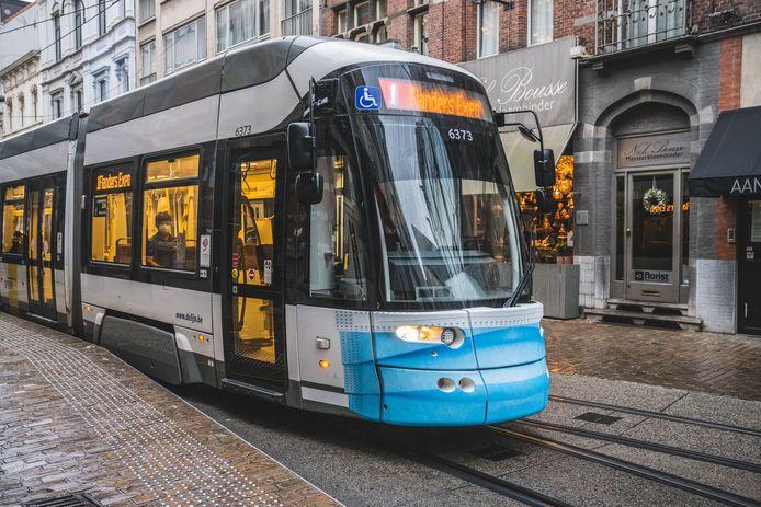 Tram met mondmasker in Gent
