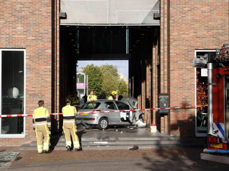 Auto ramt gevel cultureel centrum LUX in Nijmegen