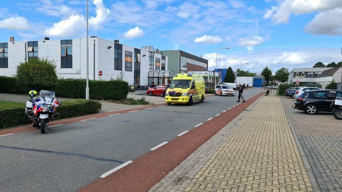 De hulpdiensten ter plaatse bij het ongeluk in Duiven.