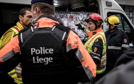 La police et les services de secours lors du sauvetage des habitants et de la sécurisation des lieux.
