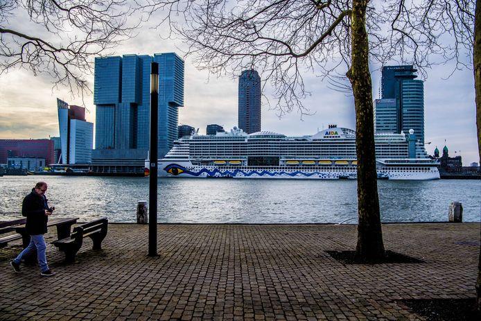 Cruiseschip AIDAperla bij de Holland Amerikakade in Rotterdam/