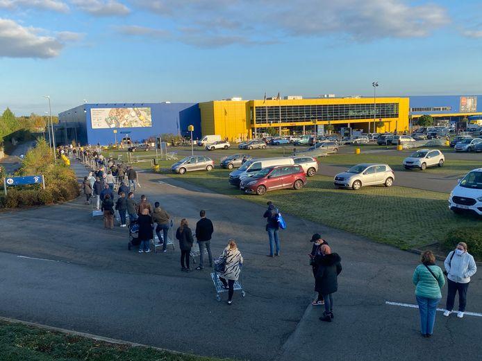 Une longue file s'est formée devant IKEA Anderlecht.