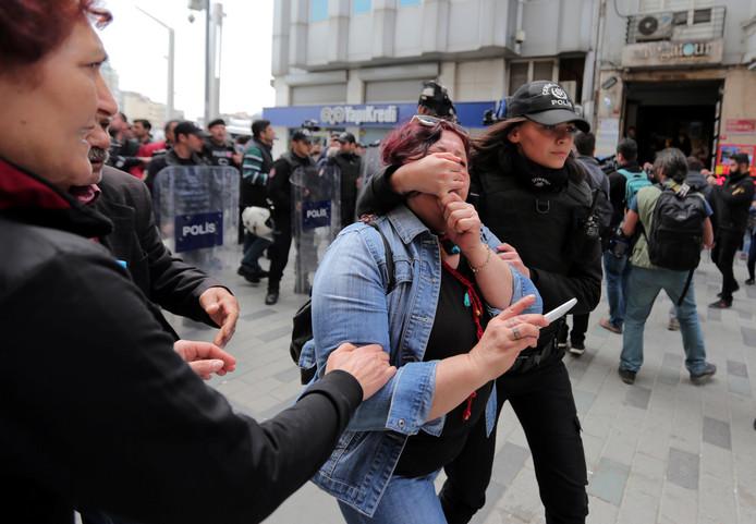 Een demonstrant wordt meegenomen door de Turkse politie