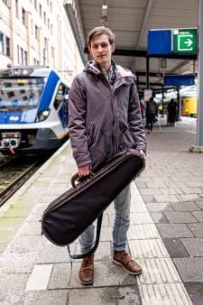 De trein reed weg en toen wist Valentino (19) dat ie de peperdure viool van zijn overleden opa kwijt was: 'Ik kon niet meer ingrijpen'