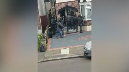 Britse politie bestormt huis en breekt deur open met kettingzaag