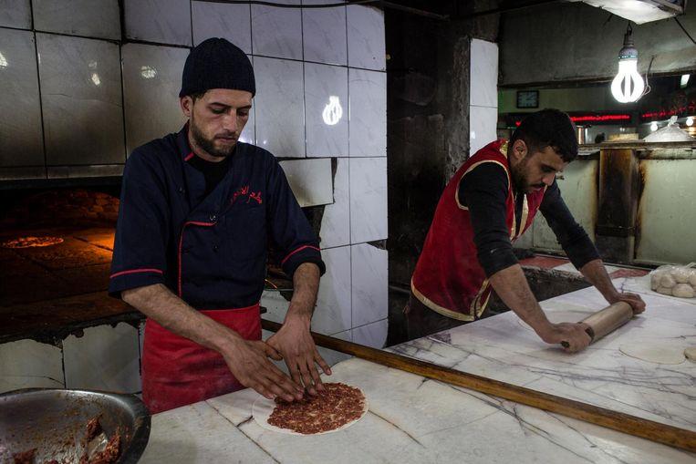 In het restaurant 'voor toeristen' in Oost-Mosul zijn ze gewoon weer aan het werk, alsof er niets is gebeurd. Beeld Hawre Khalid