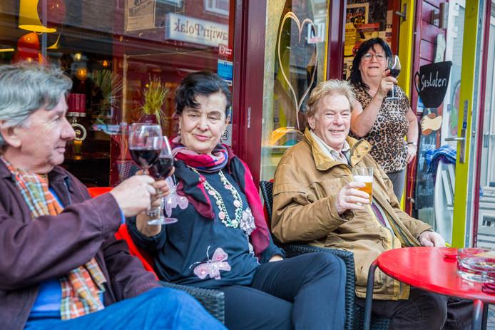 Marja Fahner (rechts), twee jaar geleden, op het terras van 't Cafeetje van Marja.