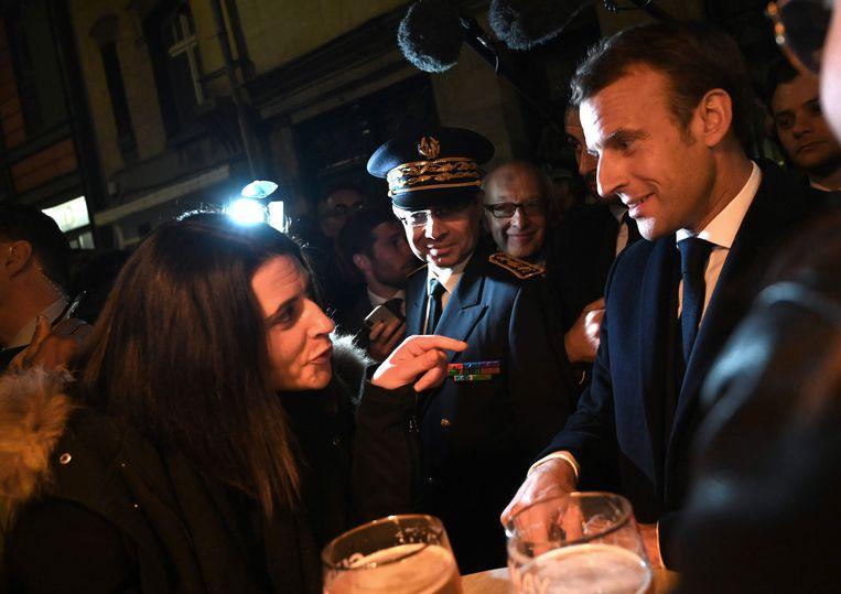 De Franse president Emmanuel Macron in gesprek met inwoners van Rouen en journalisten vandaag.