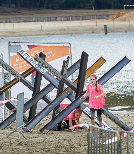 Tijdens Liberation Obstacle Run is het afzien op het Osse Omaha Beach